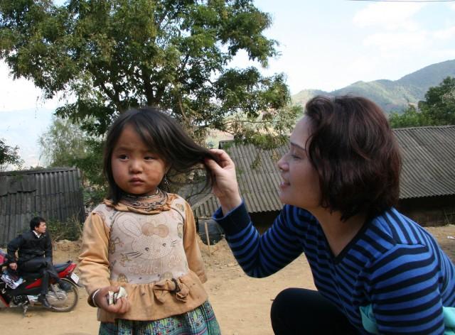 Bé gái chơi trong sân trường