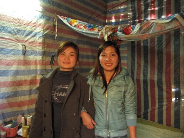 Hai cô giáo trẻ của Mầm Non Y Tý trong phòng ở chung trên núi.