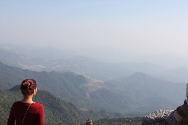 Tín nữ ngồi thiền nơi cao nhất của Yên Tử, bên chùa Đồng